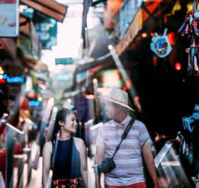Ngoài các nhà hàng, quầy bar, khu phố Tây còn bày bán rất nhiều loại quần áo, đồ lưu niệm đặc trưng của đất nước chùa tháp.