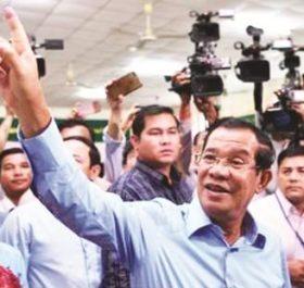 Thủ tướng Campuchia Hun Sen (giữa) bỏ phiếu trong cuộc bầu cử Quốc hội khóa VI tại Phnom Penh ngày 29/7.