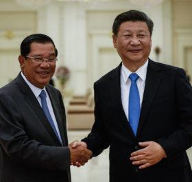 Thủ tướng Campuchia Hun Sen và Chủ tịch Trung Quốc Tập Cận Bình. Ảnh: AFP.