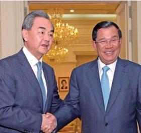 Ngoại trưởng Trung Quốc Vương Nghị (trái) bắt tay với Thủ tướng Campuchia Hun Sen khi ông tới Phnom Penh hồi tháng này. Ảnh: AFP