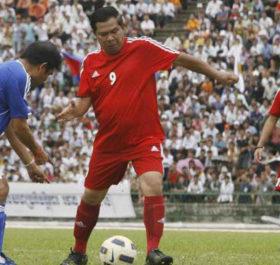 Thủ tướng Hun Sen trong một trận đấu bóng đá hữu nghị.