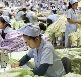 Công nhân dệt tại một nhà máy ở Phnompenh, Campuchia.