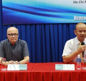 Ông Dương Như Hùng (Phải) nói về tỷ giá USD, hiện đang là chủ tịch công ty EBI Việt Nam