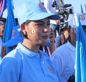 Cô Thyso Vanntha, từng là gương mặt sáng giá của đảng CNRP đối lập, đã bỏ sang CPP. Sự có mặt của cô ở CPP cùng đội thanh thiếu niên do cô thành lập đã kéo người trẻ đến với đảng cầm quyền này rất đông. Đây cũng là một thất bại của đảng CNRP - Ảnh: TIẾN TRÌNH