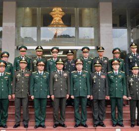 Thiếu tướng Khúc Đăng Tuấn và Đại tướng Phorn Nara chụp ảnh chung với các cán bộ Binh chủng Thông tin liên lạc QĐND Việt Nam và Cục Thông tin-Bộ Quốc phòng Campuchia.