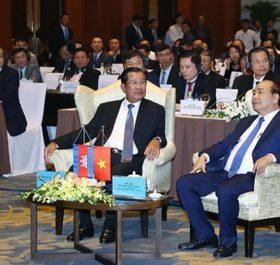 Thủ tướng Nguyễn Xuân Phúc và Thủ tướng Cam-pu-chia Hun Xen tại Diễn đàn. Ảnh: THỐNG NHẤT (TTXVN)