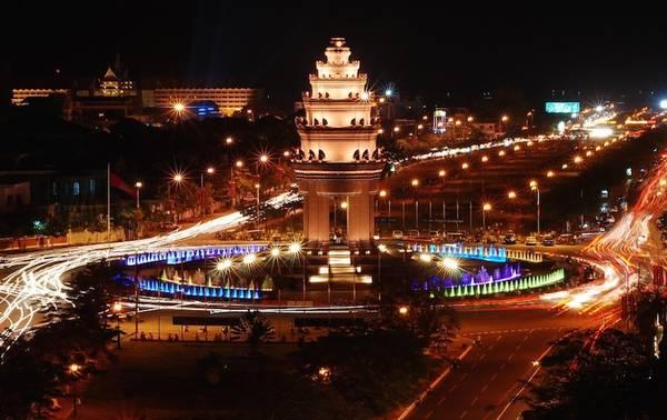 Du lịch Campuchia tại Phnom Penh: Tượng Đài Độc Lập.