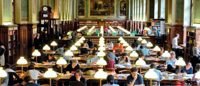 Sinh viên trong thư viện trường nước Đức