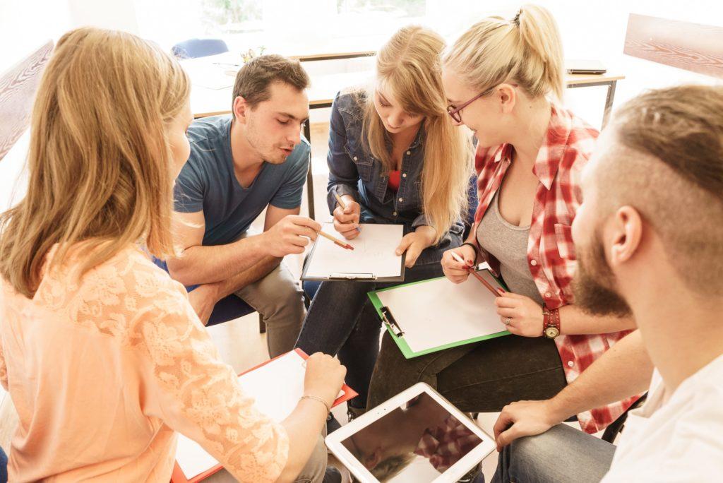 Các sinh viên Mỹ đang trao đổi, họp nhóm với nhau