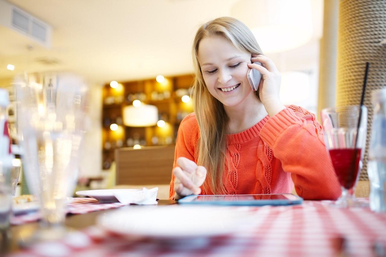 Một cô sinh viên đang nghe điện thoại