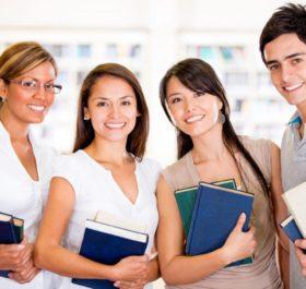4 du học sinh đang ôm sách