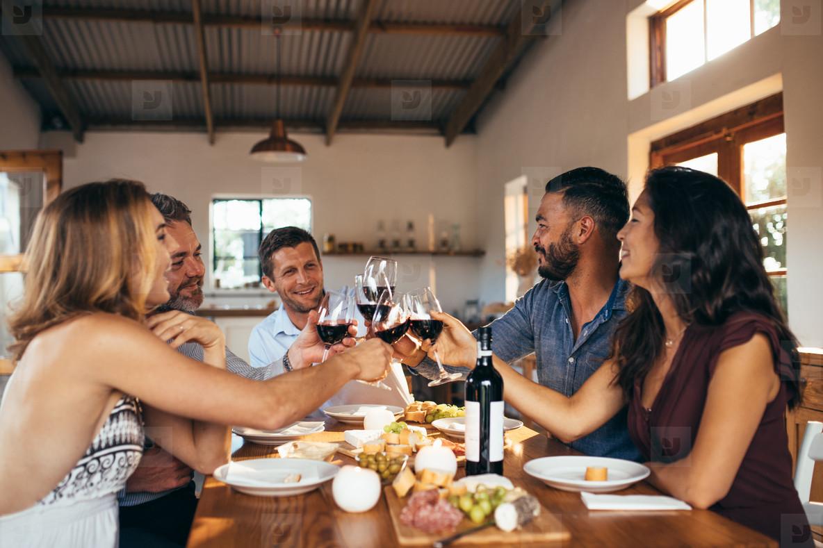 Ăn trưa cùng đồng nghiệp là cách nhanh chóng hòa nhập với mọi người xung quanh