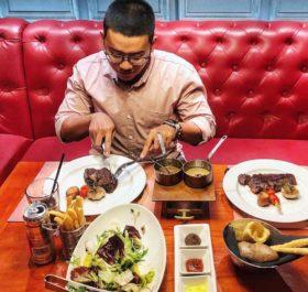 Thực khách đang thưởng thức hương vị beefsteak của EL Gaucho An Phú